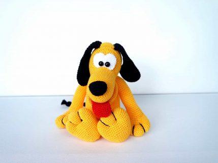 Amigurumi Häkelanleitung Hund Othello zeigt Zunge.