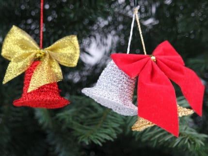 Selber häkeln: Weihnachtsglöckchen zum Anhängen oder Stecken