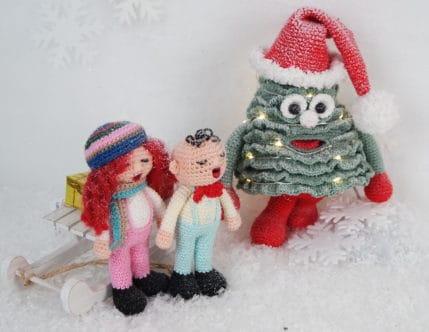 Weihnachtssänger und Weihnachtsbäume im Schnee, Häkelanleitung