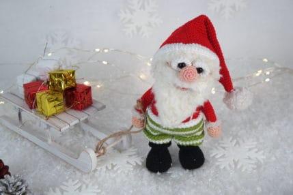 Anleitung Weihnachtsmann Werner, hier mit Päckchen und Schlitten