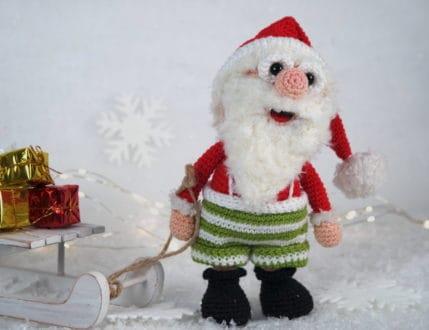 Häkelanleitung: Weihnachtsmann Werner zieht den Schlitten mit den Weihnachtspaketen