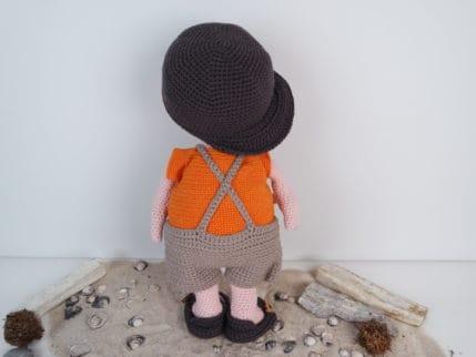 Häkelanleitung Puppe Lausbub von hinten